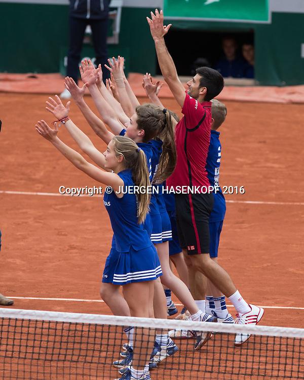 Novak Djokovic (SRB) macht die La Ola Welle mit den Ballkindern nach seinem Sieg,<br /> <br /> Tennis - French Open 2016 - Grand Slam ITF / ATP / WTA -  Roland Garros - Paris -  - France  - 3 June 2016.