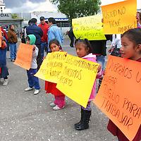 TOLUCA, Mexico.- Elementos de la policía municipal y de la Secretaria de Seguridad Ciudadana SSC, impidieron que los Comerciantes ambulantes de la zona del mercado Juárez, se pusieran a vender en ese lugar. Agencia MVT. José Hernández.  (DIGITAL)