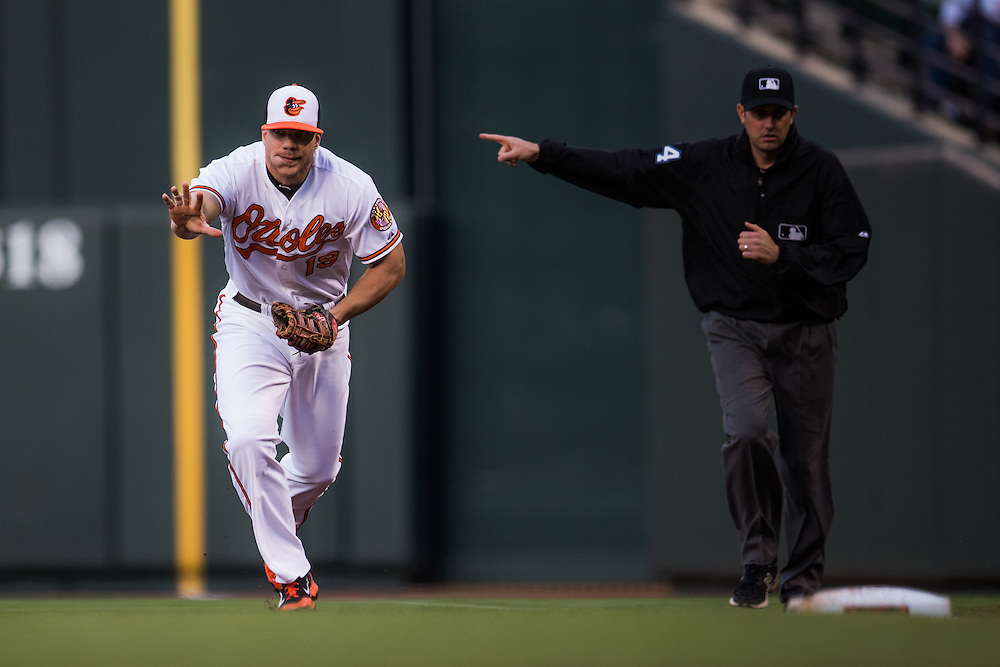 BALTIMORE, MD - MAY 20:  Chris Davis #19 of the Baltimore Orioles defends his position during the game against the Seattle Mariners at Oriole Park at Camden Yards on May 20, 2015 in Baltimore, Maryland. (Photo by Rob Tringali) *** Local Caption *** Chris Davis