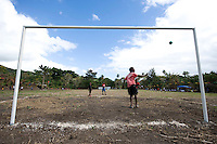 FUSSBALL    FEATURE    SUEDSEE    21.07.2008 Kinder spielen Fussball waehrend der Schulmeisterschaft auf einem Spielfeld ausserhalb von Port Vila, der Hauptstadt von Vanuatu. Jedes Jahr im Juli finden hier Schulmeisterschaften statt, aehnlich der Bundesjugendspiele in Deutschland.