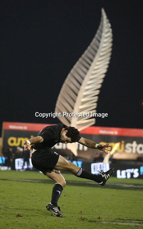 Stephen Donald. Iveco test match series, All Blacks beat England 44-12, 2nd Test, AMI Stadium, Christchurch, Saturday 14 June 2008. Photo: Marc Weakley/PHOTOSPORT