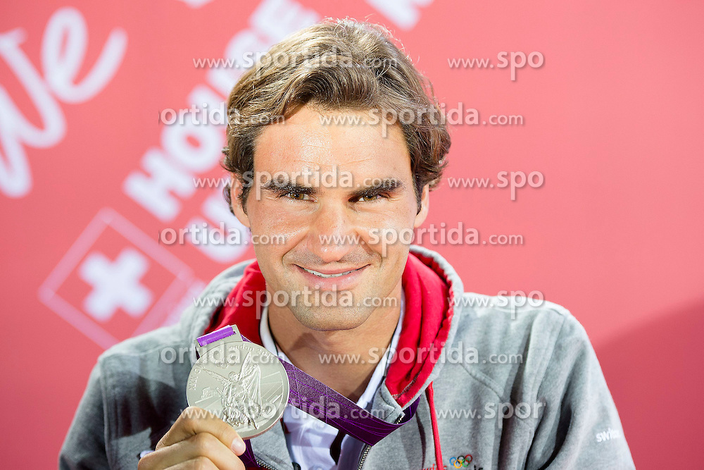 05.08.2012, Wimbledon, London, GBR, Olympia 2012, Tennis, Herren Finale, im Bild Roger Federer (SUI) feiert mit den Fans im Swisshouse die Silbermedaille // during Tennis Mens Final, at the 2012 Summer Olympics at Wimbledon, London, United Kingdom on 2012/08/05. EXPA Pictures © 2012, PhotoCredit: EXPA/ Freshfocus/ Valeriano Di Domenico..***** ATTENTION - for AUT, SLO, CRO, SRB, BIH only *****