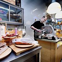 Nederland, Amsterdam , 24 januari 2012..Delicatessenwinkel Caulils in de  Haarlemmerstraat doet mee om de prijs leukste winkel van NL.Op de foto eigenaar Maarten van Caulil..Foto:Jean-Pierre Jans