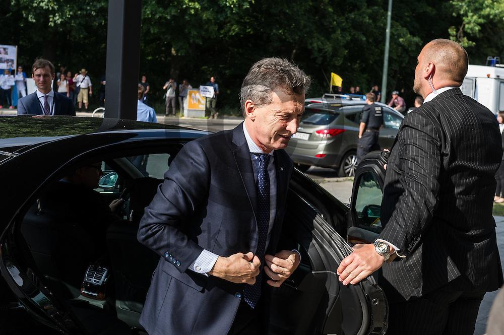 Der Pr&auml;sident Argentiniens Mauricio Macri steigt am 05.07.2016 vor der Akademie der Konrad-Adenauer-Stiftung in Berlin, Deutschland aus seinem Auto. Foto: Markus Heine / heineimaging<br /> <br /> ------------------------------<br /> <br /> Ver&ouml;ffentlichung nur mit Fotografennennung, sowie gegen Honorar und Belegexemplar.<br /> <br /> Bankverbindung:<br /> IBAN: DE65660908000004437497<br /> BIC CODE: GENODE61BBB<br /> Badische Beamten Bank Karlsruhe<br /> <br /> USt-IdNr: DE291853306<br /> <br /> Please note:<br /> All rights reserved! Don't publish without copyright!<br /> <br /> Stand: 07.2016<br /> <br /> ------------------------------