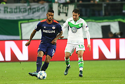 21.10.2015, Volkswagen Arena, Wolfsburg, GER, UEFA CL, VfL Wolfsburg vs PSV Eindhoven, Gruppe B, im Bild Juergen Locadia (#19, PSV Eindhoven), Christian Traesch (#15, VfL Wolfsburg) // during UEFA Champions League group B match between VfL Wolfsburg and PSV Eindhoven at the Volkswagen Arena in Wolfsburg, Germany on 2015/10/21. EXPA Pictures © 2015, PhotoCredit: EXPA/ Eibner-Pressefoto/ Hundt<br /> <br /> *****ATTENTION - OUT of GER*****