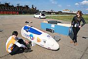 Jan Bos wacht in de fiets op vertrek. Zijn vriendin en David Wielemaker wachten rustig af. Het Human Powered Team Delft en Amsterdam presenteert de VeloX2, de fiets waarmee ze het wereldrecord willen verbreken dat nu op 133 km/h staat. Jan Bos, een van de rijders die het record gaat proberen te verbreken, gaat de strijd aan met zijn broer Theo Bos op de gewone racefiets. Jan wint uiteindelijk glansrijk en haalt 77,2 km/h.<br /> <br /> Jan Bos is waiting to depart. His girlfriend and David Wielemaker are waiting. Human Powered Team Delft and Amsterdam presents the VeloX2, the bike which they will attempt to set a new world record with. Jan Bos, on of the two cyclists who will try to ride faster than 133 km/h, is racing at the presentation against his brother Theo Bos, a former world champion and cyclist for the Rabobank Racing Team. Jan will defeat Theo, with a maximum speed of 77,2 km/h.
