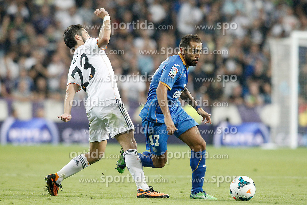 22.09.2013, Estadio Santiago Bernabeu, Madrid, ESP, Primera Division, Real Madrid vs FC Getafe, 5. Runde, im Bild Real Madrid's Isco (l) and Getafe's Diego Castro // during the Spanish Primera Division 5th round match between Real Madrid CF and Getafe FC at the Estadio Santiago Bernabeu, Madrid, Spain on 2013/09/22. EXPA Pictures &copy; 2013, PhotoCredit: EXPA/ Alterphotos/ Acero<br /> <br /> ***** ATTENTION - OUT OF ESP and SUI *****