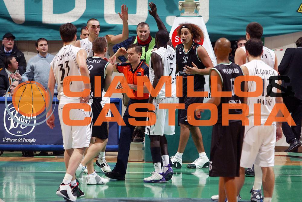 DESCRIZIONE : Siena Eurolega 2005-06 Montepaschi Siena Real Madrid <br /> GIOCATORE : Stonerook Team Real Madrid <br /> SQUADRA : Montepaschi Siena <br /> EVENTO : Eurolega 2005-2006 <br /> GARA : Montepaschi Siena Real Madrid <br /> DATA : 01/02/2006 <br /> CATEGORIA : Delusione Esultanza <br /> SPORT : Pallacanestro <br /> AUTORE : Agenzia Ciamillo-Castoria/G.Ciamillo