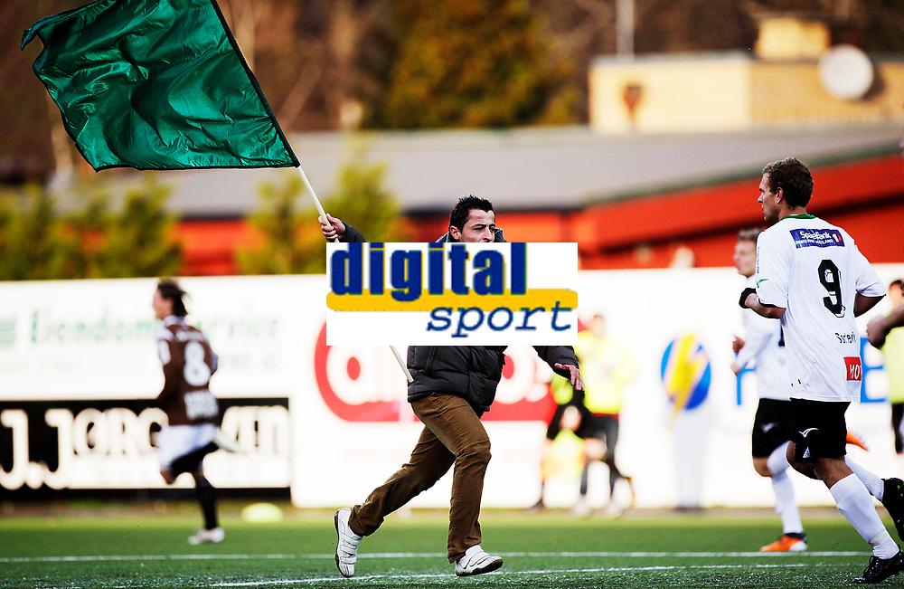 Fotball<br /> Adeccoligaen<br /> Aka Stadion 22.10.11<br /> H&oslash;nefoss - Mj&oslash;ndalen<br />  en vel ivrig supporter stormer banen mens ballen er i spill<br /> Foto: Eirik F&oslash;rde
