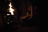 A family uses firewwod to heat themselfs during blackouts. Una famiglia brucia legna per riscaldarsi durante un blackout