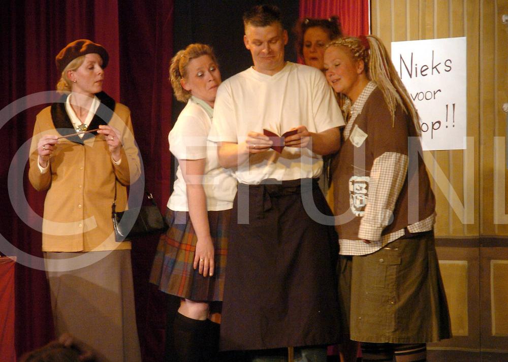 ALMELO<br /> De Tandem bestaat tien jaar, ouders en leerkrachten voeren toneelstuk op voor de leerlingen<br /> Editie: AM<br /> fotografie frank uijlenbroek&copy;2006frank uijlenbroek<br /> TT20060419