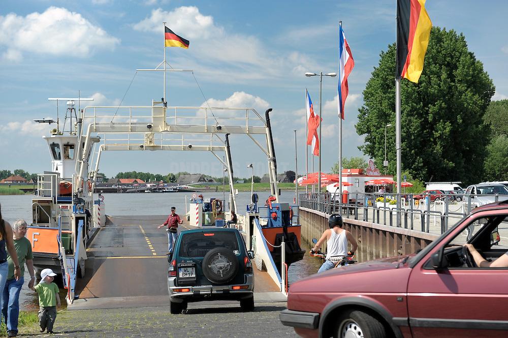 Autos fahren auf die Zollernspieker Fähre an der Elbe