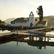 Vlacherna cloyster and the island of Pontikonissi. Le cloitre de Vlacherna et l'ile de Pontikonissi.