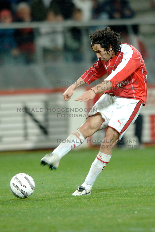26-04-2006 VOETBAL: PLAY OFF: FC UTRECHT - FC TWENTE: UTRECHT<br /> Utrecht verliest ook de tweede duel en is uitgeschakeld voor een Europees avontuur / Adil Ramzi<br /> ©2006-WWW.FOTOHOOGENDOORN.NL