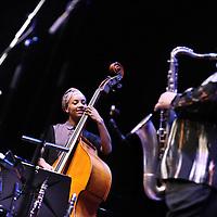 Nederland, Amsterdam , 24 maart 2014.<br /> The Spring Quartet in actie in Muziekgebouw aan het IJ.<br /> Droomkwartet met internationale jazztop<br /> All-stars uit de internationale jazztop: slagwerker Jack DeJohnette, saxofonist Joe Lovano, bassiste Esperanza Spalding en pianist Leo Genovese. In het Muziekgebouw komen ze samen in dit unieke, drie jazzgeneraties omspannende kwartet.<br /> Op de foto saxofonist Joe Lovano en bassiste Esperanza Spalding<br /> <br /> Foto:Jean-Pierre Jans