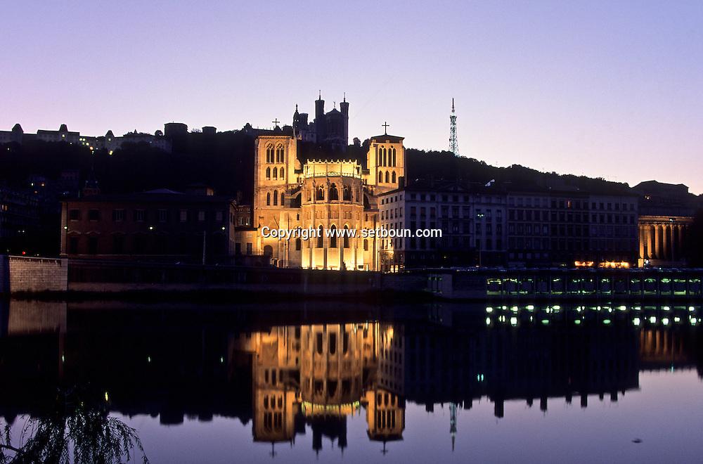 France. Lyon . Primatial St Jean on the saone river       la primatiale Saint jean illuminee sur les bords de la Saône      R00063 8    L930811c     P0000198