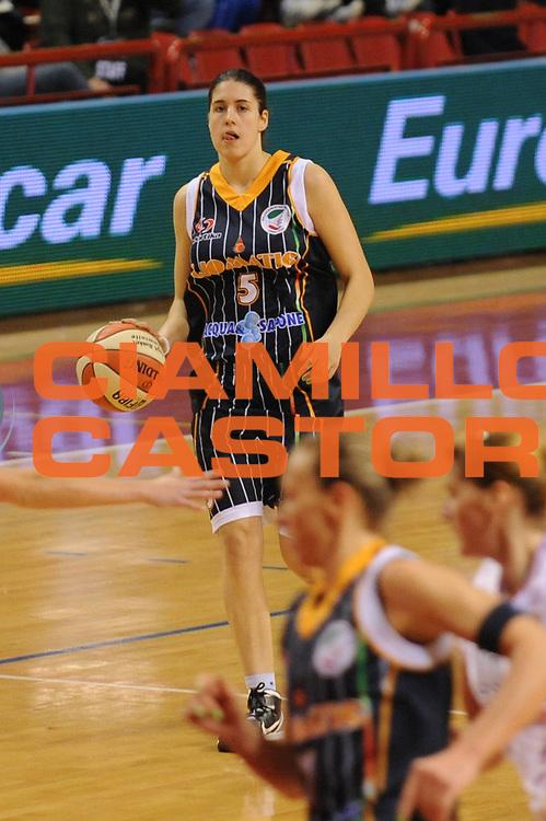 DESCRIZIONE : Perugia Lega A1 Femminile 2010-11 Coppa Italia Finale Famila Schio Liomatic Umbertide<br /> GIOCATORE : Gaia Gorini<br /> SQUADRA : Liomatic Umbertide<br /> EVENTO : Campionato Lega A1 Femminile 2010-2011 <br /> GARA : Famila Schio Liomatic Umbertide<br /> DATA : 13/03/2011 <br /> CATEGORIA : palleggio<br /> SPORT : Pallacanestro <br /> AUTORE : Agenzia Ciamillo-Castoria/M.Marchi<br /> Galleria : Lega Basket Femminile 2010-2011 <br /> Fotonotizia : Perugia Lega A1 Femminile 2010-11 Coppa Italia Finale Famila Schio Liomatic Umbertide<br /> Predefinita :