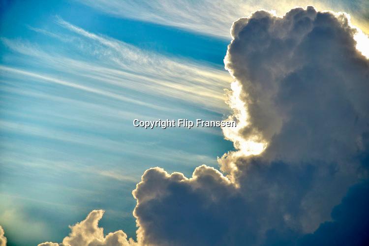 Nederland, the netherlands, Ubbergen, 26-6-2016Na regen komt zonneschijn, een grote dreigende regenwolk, regenbui schuift voor de zonFOTO: FLIP FRANSSEN/ HH