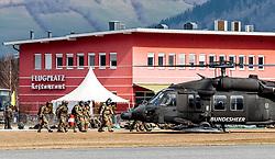 21.03.2017, Flugplatz, Zell am See, AUT, Bundesheer Übung, im Bild Fallschrimspringer besteigen einen Sikorsky UH-60 Black Hawk Hubschrauber des Österreichischen Bundesheeres während einer Übung // Soldiers get into a Sikorsky UH-60 Black Hawk helicopter of the Austrian Armed Forces during a skydive exercise. at the Airport, Zell am See, Austria on 2017/03/21. EXPA Pictures © 2017, PhotoCredit: EXPA/ JFK