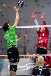 09-12-2017 NED: Advisie/SSS - Vallei Volleybal Prins, Barneveld<br /> Advisie/SSS liet geen spaan heel van buurman Vallei Volleybal Prins en won binnen een uur met 3-0 / Nick Beckers #3 of SSS, Dicky Kottink #1 of Vallei Volleybal Prins