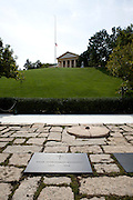 UNITED STATES-WASHINGTON-Arlington National Cemetery. The grave of former American President John F. Kennedy. PHOTO: GERRIT DE HEUS..VERENIGDE STATEN-WASHINGTON DC-Arlington National Cemetery. Het graf van President John. F. Kennedy wordt nog dagelijks door honderden mensen bezocht. PHOTO GERRIT DE HEUS