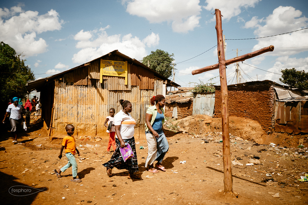 """Kenia 2017: sterrato davanti alla """"Living World Church"""" una delle tante baracche/chiese di Kibera"""