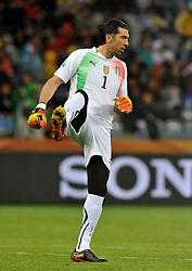 Football - soccer: FIFA World Cup South Africa 2010, Italy (ITA) - Paraguay (PRY), IL PORTIERE DELL' ITALIA GIANLUIGI BUFFON, PROBABILMENTE GIA' DOLORANTE ALLA SCHIENA,