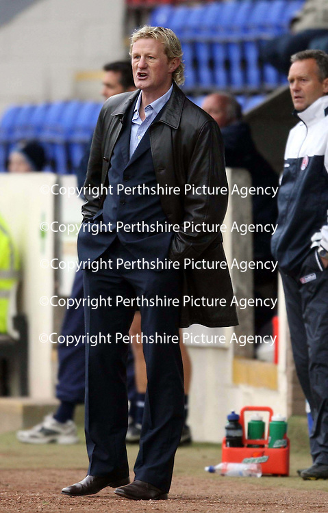 St Johnstone v Clyde....27.10.07<br /> Colin Hendry shouts instructions<br /> Picture by Graeme Hart.<br /> Copyright Perthshire Picture Agency<br /> Tel: 01738 623350  Mobile: 07990 594431