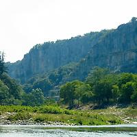 EN> Cliffs by the Ardeche river just south of Balazuc, France.<br /> SP> Acantilados del río Ardeche al sur de Balazuc, Francia