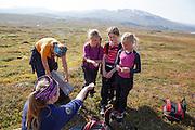Det er mye naturfag å lære på tur i fjellet. Solveig Græsli har funnet skall fra et egg og spør Mari Tamnes (t.v.), Anne Brynhildsvoll og Ellinor Marie Bransfjell om de vet hvilken fugl det er.