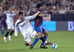 03-03-2007 VOETBAL: SEVILLA FC - BARCELONA: SEVILLA  <br /> Sevilla wint de topper met Barcelona met 2-1 / Ronaldinho wordt binnen de 16 door Aitor Ocio Carrion onderuit gehaald en krijgt een penalty<br /> &copy;2006-WWW.FOTOHOOGENDOORN.NL