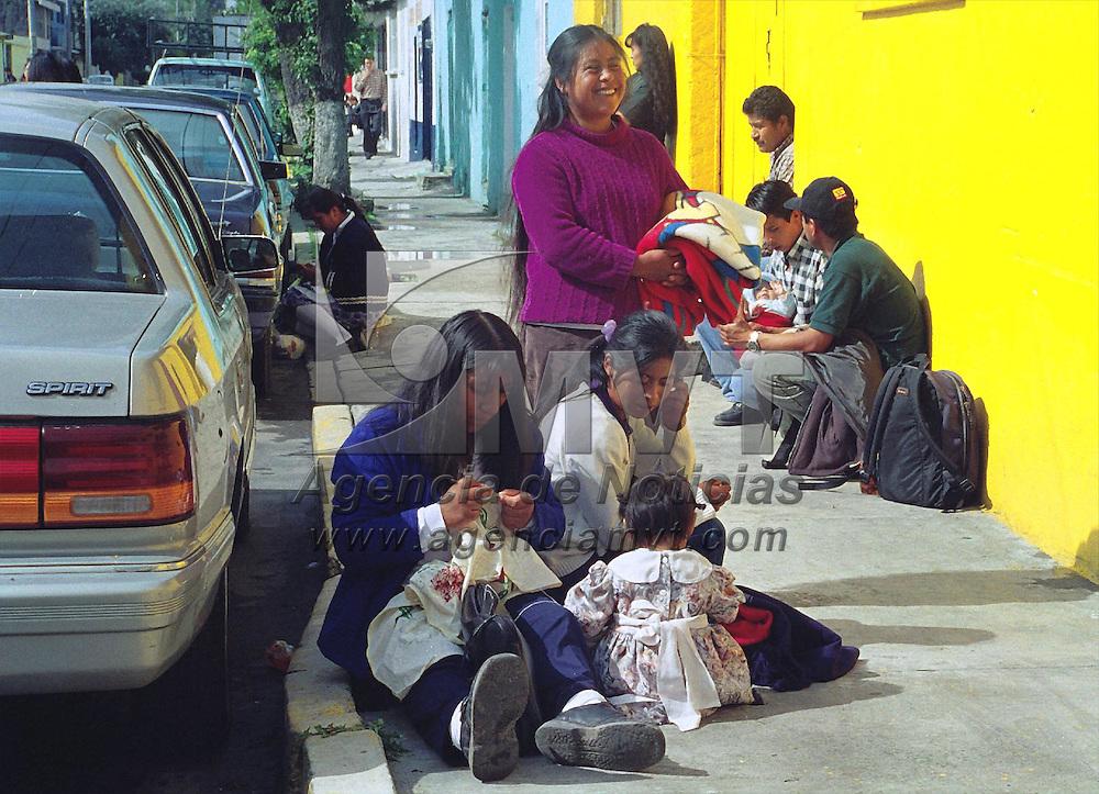 Toluca, M&eacute;x.- .Para este grupo de familires, tomar un descanso, es importante sin tomar en cuenta el lugar. Agencia MVT / H. VAZQUEZ E. (FILM)<br /> <br /> NO ARCHIVAR - NO ARCHIVE