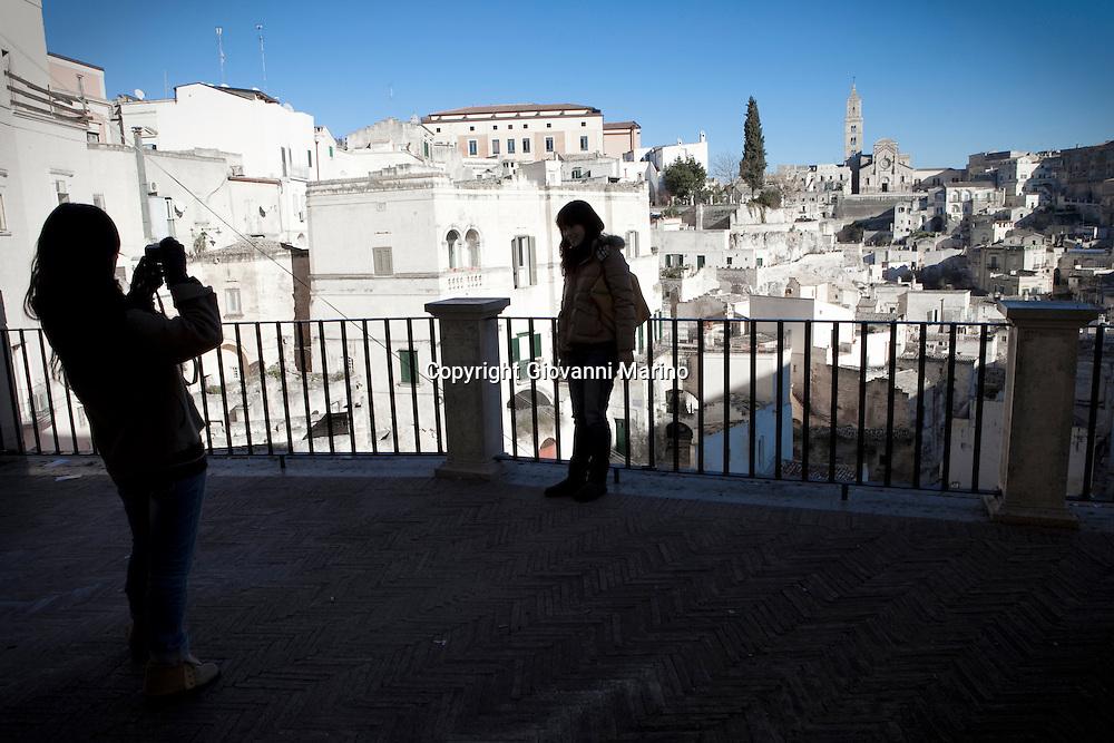 Matera (MT) 14.01.2011 - Belvedere Luigi Guerricchio. Nella Foto: Due ragazze asiatiche intente a fotografarsi con lo sfondo dei Sassi.