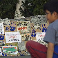 Toluca, Méx.- Grupos culturales de esta ciudad realizaron una manifestacion con dibujos, fotografias, carteles y antorchas en la plaza civica en contra de la guerra en Irak. Agencia MVT / Mario Vazquez de la Torre. (DIGITAL)<br /> <br /> NO ARCHIVAR - NO ARCHIVE
