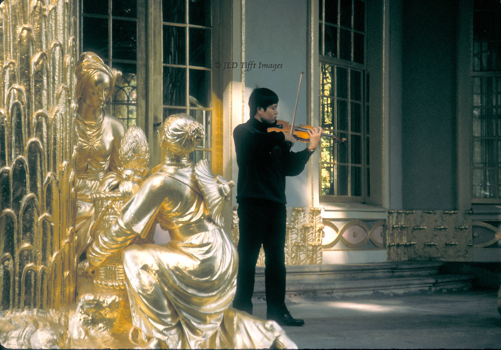 Potsdam, Sans Souci, Chinese Tea House: gilded statuary with violinist playing.