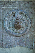 Herb na scianie portalu przy wejsciu na Wawel<br /> Crest on wall of portal at entry on Wawel, Cracow, Poland