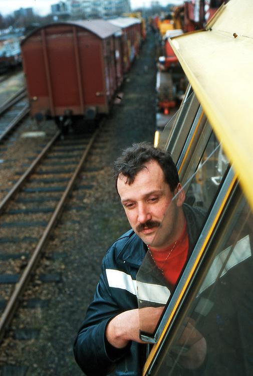 Nederland, Tilburg, 19980101..Machinist van op goederentrein. locomotief.Machinist leunt uit het raam.    .Gerlo Beernink/Hollandse Hoogte