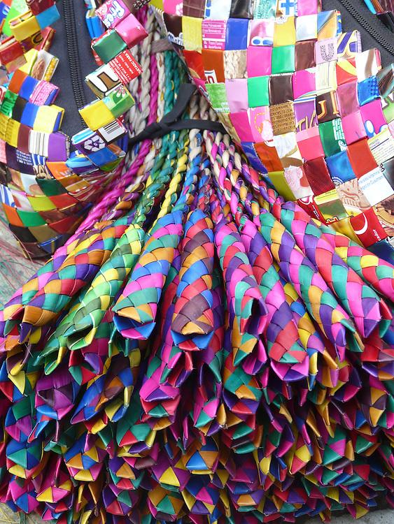 EN&gt; &quot;Groom-catchers&quot; are typical colorful toys sold in the markets of Oaxaca | <br /> SP&gt; Los &quot;atrapa-novios&quot; son coloridos juguetes artesanales de venta en los mercados de Oaxaca
