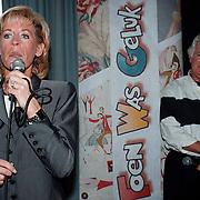 100ste Aflevering van Toen Was Geluk Heel Gewoon, Joke Bruijs zingend en Gerard Cox kijkend