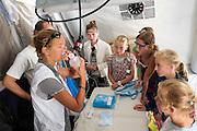 Tropenarts Josine Blanksma geeft uitleg aan scholieren in de operatietent. In Utrecht heeft Artsen Zonder Grenzen een tentenkamp opgezet in het park Lepelenburg. Met het kamp wil de organisatie laten zien welk medische noodhulp het verricht in de noodhulpkampen in de wereld. Hulpverleners van AZG geven rondleidingen door  onder meer een (opblaasbaar) veldhospitaal, een voedingskliniek en een cholerakliniek.<br /> <br /> In Utrecht, MSF has set up a tent camp in the park Lepelenburg. In the camp, the organization wants to show what kind of emergency medical services they provide in the emergency camps in the world. MSF aid workers give tours including a (inflatable) field hospital, a nutrition clinic and a cholera clinic.