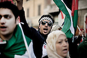 ROMA. MANIFESTANTI IN CORTEO CONTRO LA GUERRA IN PALESTINA; ROME. DEMOSTRATORS MARCH AGAINST THE WAR IN PALESTINE