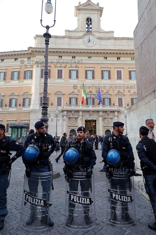 Roma 20 Aprile 2013.Proteste davanti a Montecitorio  del Movimento Cinque Stelle  per la rielezione di Giorgio Napolitano alla Presidenza della Repubblica . Polizia schierata in difesa della Camera dei Deputati