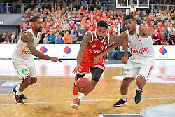 04.01.2015, Brose Arena, Bamberg, GER, Beko Basketball BL, Brose Baskets Bamberg vs FC Bayern Muenchen, 17. Runde, im Bild Bryce Taylor (FC Bayern Muenchen / Mitte) versucht sich gegen Bradley Wanamaker (Brose Baskets Bamberg / links) und Ryan Thompson (Brose Baskets Bamberg / rechts) durchzusetzen // during the Beko Basketball Bundes league 17th round match between Brose Baskets Bamberg and FC Bayern Muenchen at the Brose Arena in Bamberg, Germany on 2015/01/04. EXPA Pictures &copy; 2015, PhotoCredit: EXPA/ Eibner-Pressefoto/ Merz<br /> <br /> *****ATTENTION - OUT of GER*****