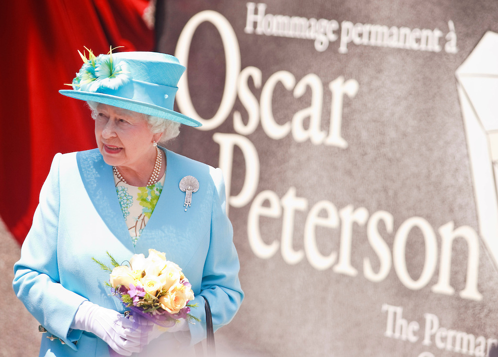 Queen Elizabeth looks to the crowd during a visit to the National Arts Centre in Ottawa, Canada, June 30, 2010 where she unveiled a statue of Canadian jazz pianist Oscar Peterson. The Queen is on a 9 day visit to Canada. <br /> AFP/GEOFF ROBINS/STR