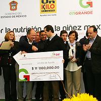 SAN FELIPE DEL PROGRESO, Mex.- Eruviel Ávila Villegas, gobernador del Estado de México, hizo una donación de 11 millones de pesos a la Fundación Un Kilo de Ayuda, encabezada por José Ignacio Avalos Hernández; que en la entidad mexiquense ha beneficiado a más de 20 mil 394 familias. Agencia MVT / José Hernández. (DIGITAL)<br /> <br /> NO ARCHIVAR - NO ARCHIVE
