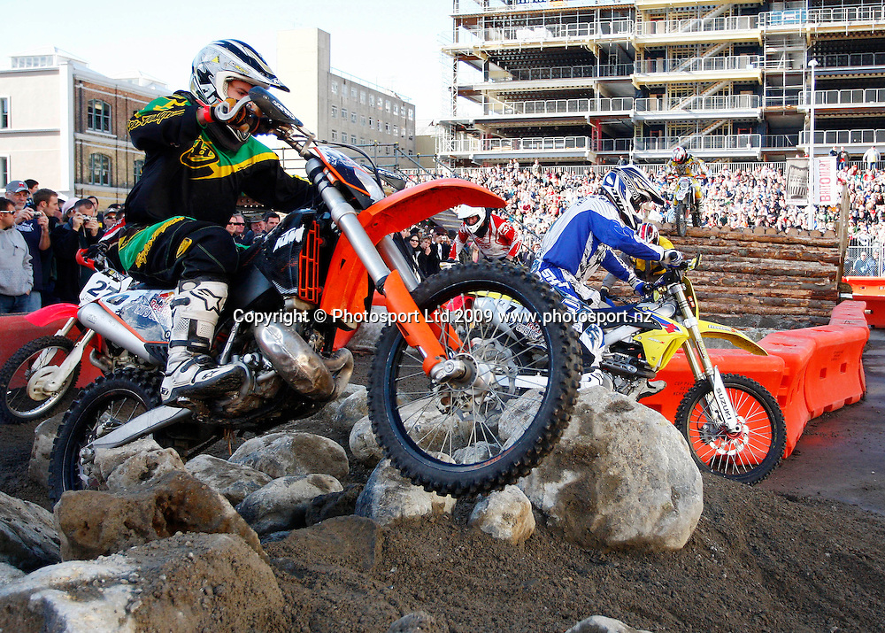 Caleb Van Dragt (L) and Cam Smith (R). Endurocross, Red Bull City Scramble. Britomart, Auckland CBD, Sunday 31 May 2009. Photo: Simon Watts/PHOTOSPORT