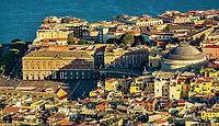 Piazza del Plebiscito (ou Largo di Palazzo ou Foro Regio) est la place de Naples la plus importante. (Vue du chateau St Elme)<br /> Situee au c&oelig;ur de la ville, elle a une superficie de 25&nbsp;000 m2 bordee par la Basilique San Francesco di Paola, le Palais Royal, le Palazzo Salerno et le Palazzo della Prefettura. <br /> Son nom vient du plebiscite du 21 octobre 1860 qui a permis l'unification italienne.<br /> <br /> Naples fut d'abord fondee au cours du viie&nbsp;siecle avant notre ere sous le nom de Parthenope par la colonie grecque de Cumes. <br /> Ce premier etablissement fut appele Palaiopolis (la ville ancienne). <br /> Lorsqu'une seconde ville fut fondee vers 500 avant notre ere par de nouveaux colons, cette nouvelle fondation fut appelee Neapolis (nouvelle ville).<br /> Alliee de Rome au ive&nbsp;siecle av.&nbsp;J.-C., la ville conserve longtemps sa culture grecque et restera la ville la plus peuplee de la botte italique et sans aucun doute sa veritable capitale culturelle.<br /> Elle rempla&ccedil;a Capoue comme capitale de la Campanie apres la bataille de Zama, a la suite de la confiscation de citoyennete et des territoires de cette derniere, par son alliance avec Hannibal avant la bataille de Cannes.<br /> Naples possede ainsi l'une des plus grandes concentrations au monde de ressources culturelles et de monuments historiques, jalonnant 2800 ans d'histoire. <br /> Dans le centre historique, inscrit sur la liste du patrimoine mondial de l'Unesco, se rencontrent notamment 448 eglises historiques ainsi que d'innombrables palais historiques, fontaines, vestiges antiques, villas, residences royales.
