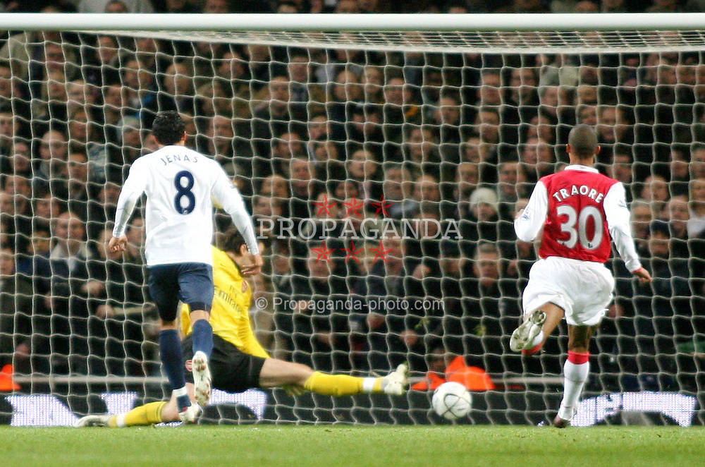 LONDON, ENGLAND - Wednesday, January, 9th, 2007: Tottenham Hotspur's Jermain Jenas scores the opening goal against Arsenal  during the League Cup Semi-Final 1st Leg match at the Emirates Stadium. (Pic by Chris Ratcliffe/Propaganda)