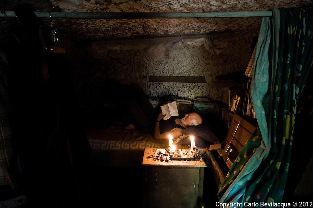 Mario Dumini, figlio di Amerigo, l'omicida di Giacomo Matteotti.<br /> Dopo aver vissuto vari in Australia, vive adesso in una caverna di 30 metri, arredata con un paio di librerie ricevute in dono e con i mobili recuperati dalla discarica in un bosco. <br /> Si sveglia quando sorge il sole, si lava al vicino ruscello, si nutre solo di frutta e verdura. <br /> Legge, scrive, vive a contatto con la natura, con gli animali, con il silenzio, medita e, soprattutto, aiuta gli altri &quot;facendo incursioni a Roma&quot;.<br /> Scrive dei cartelli di protesta su vari argomenti, che espone per le strade di Roma.<br /> Fa tutto questo da anni a una ventina di chilometri da Roma, nelle campagne di San Vittorino, vicino a Tivoli, con lo spirito di un francescano del terzo millennio<br /> <br /> Mario Dumini, son of Amerigo, the murder of Giacomo Matteotti, a senator of the Kingdom of Italy during the fascist period.<br /> After living in Australia, he now lives, with the spirit of a Franciscan of the third millennium, in a cave of 30 square meters, near Rome, furnished with a couple of libraries received as a gift and furniture recovered from the dump in the woods .<br /> He wakes up when the sun rises, washes the nearby stream, feeds only on fruit and vegetables.<br /> Reading, writing, living in close contact with nature, with animals, with the silence, meditate and above all, help others, &quot;making inroads in Rome. &quot;<br /> He writes of the protest signs on various topics, which exposes the streets of Rome.