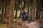 Bij Lage Vuursche rijdt een mountainbiker op een e-bike mee met het off-road fietsevenement Where The Streets Have No Name.<br /> <br /> Mountainbikers ride at the trails during the off-road bike festival Where The Streets Have No Name near Lage Vuursche.